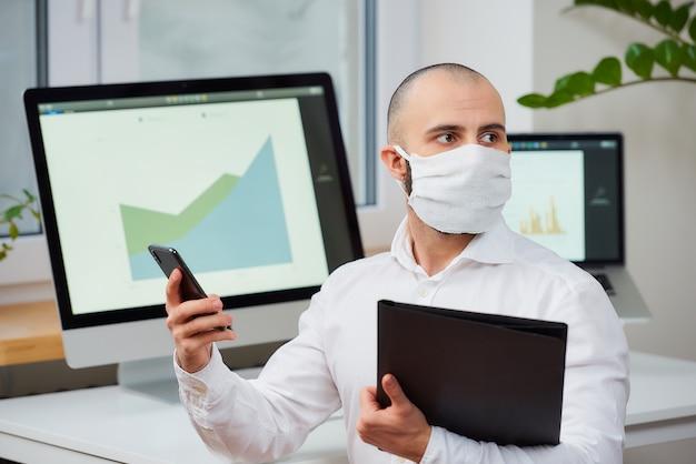 ウイルスに対する保護マスクを身に着けている男