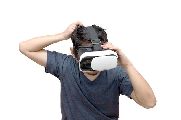 Человек, носящий и играющий в виртуальной реальности на белом фоне