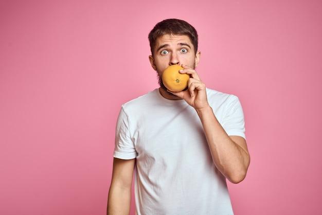果物と野菜の白いtシャツを着たひげを持つ男、野菜