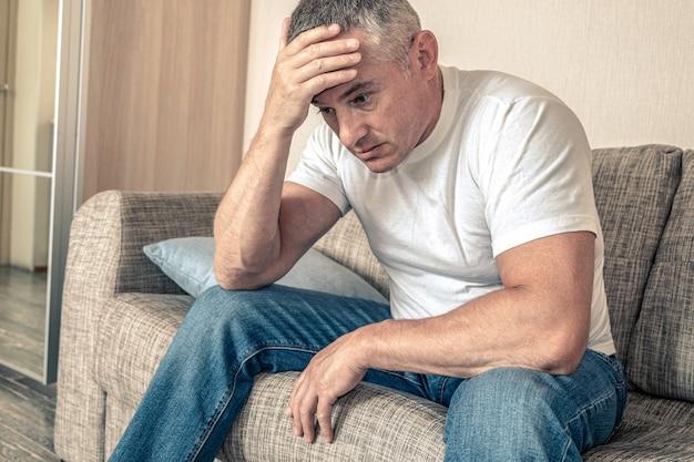 절제된 표정의 남자. 우울증, 건강이 좋지 않습니다. 냉담한 상태. 정신 장애의 개념입니다.