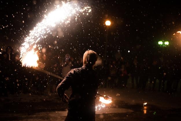 Мужчина с зажженным факелом огненное шоу