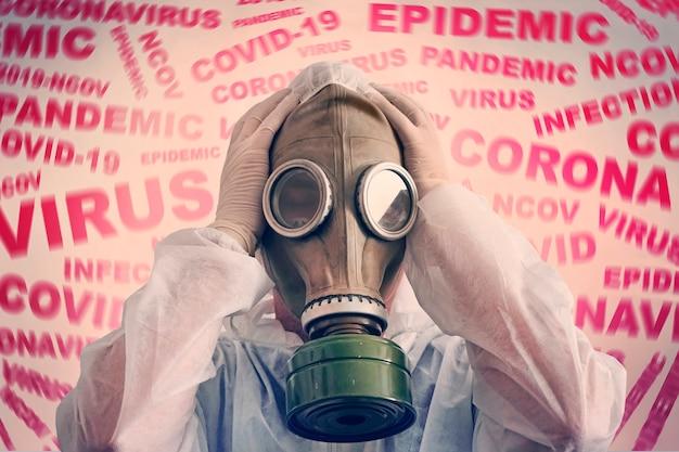 Мужчина в маске на противогазе и защитном противочумном костюме напуган новостью о коронавирусе covid-2019. паническая ситуация. страх заболеть. концепция распространения коронавируса.