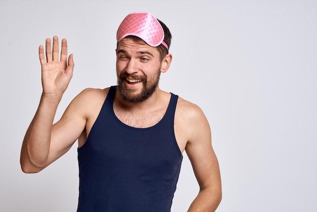 Мужчина в розовой маске для сна
