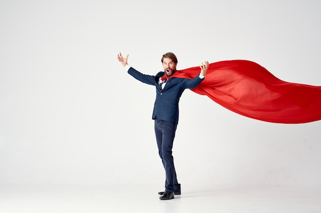 Мужчина в красном плаще в костюме супергероя силовой защиты
