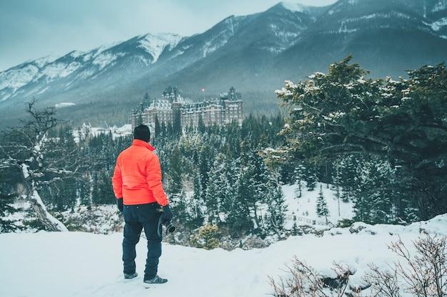 밴프 캐나다에서 로크산맥을 바라보는 빨간 재킷을 입은 남자