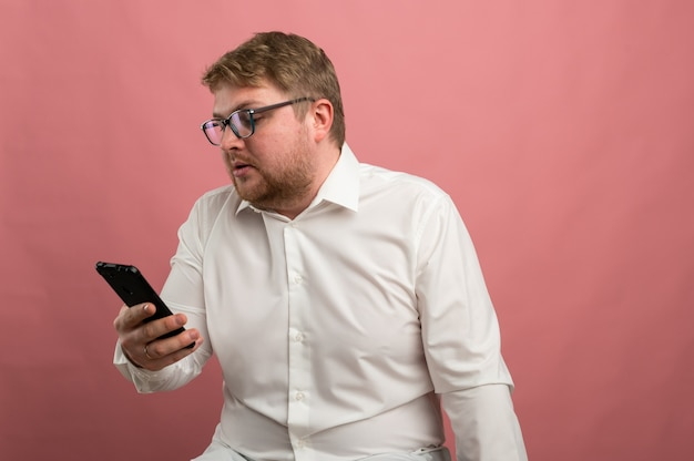 メガネの男性がビデオコミュニケーションについて話し、誓う、嬉しくない、動揺する