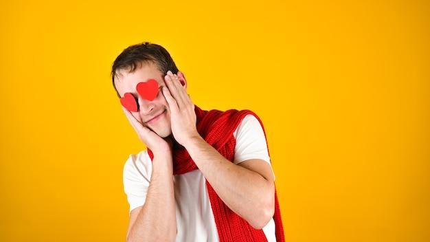 Мужчина с любящими глазами на желтом