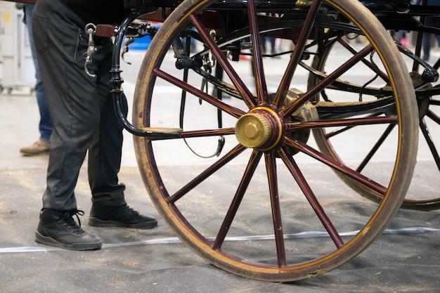 伝統的な馬車の隣にいる男が旧市街で観光客を待っています。