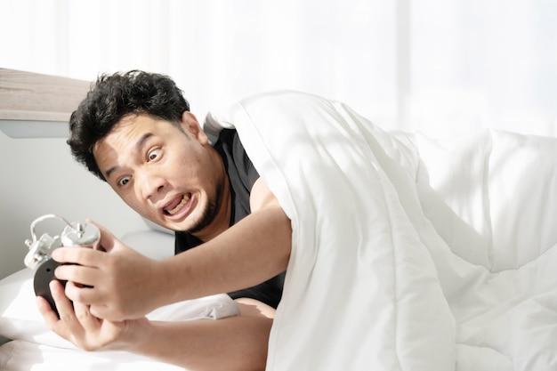 遅く起きた後ショックを受けた顔を持つ男