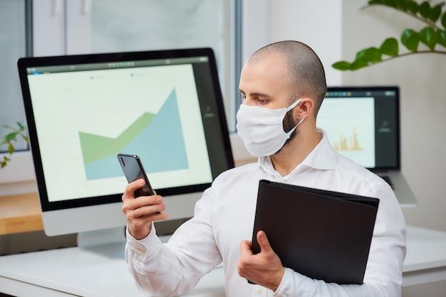 ウイルスに対する保護マスクを身に着けているマネージャー