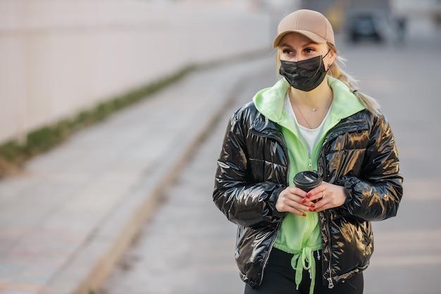仮面の少女が通りを歩いているコロナウイルス感染症