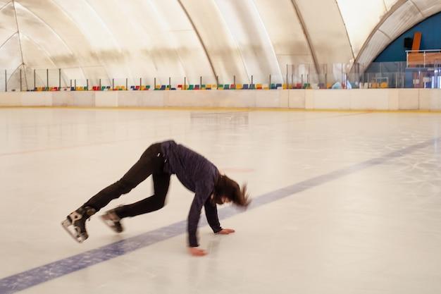 仮面の男が氷の上に落ちる