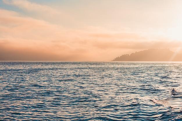 山と霧のある巨大な海