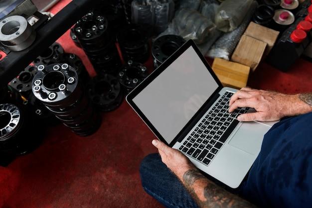 그의 노트북을 사용하는 정비공