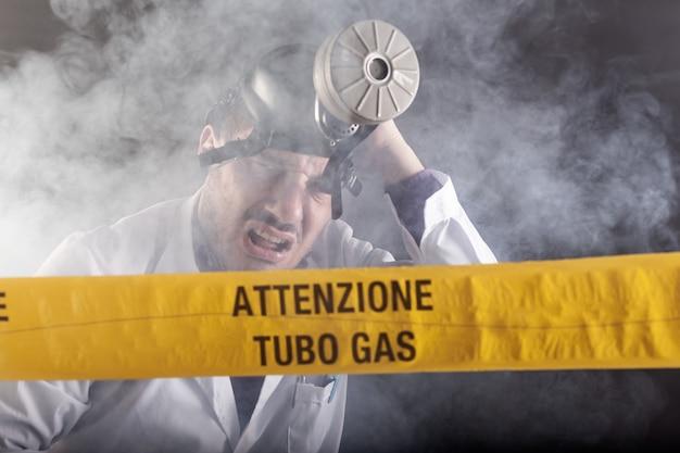 緊急時にガスに酔った医療技術者。黄色いテープに「注意ガス管」と書かれた通知
