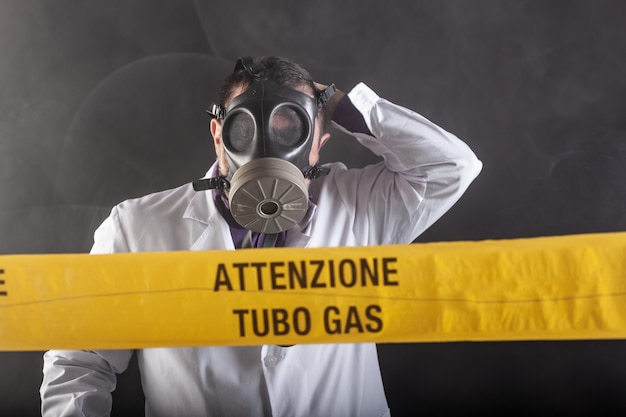 가스 누출 위기에서 경험한 방독면을 쓴 의료 엔지니어가 혼돈 중에 비상을 지시합니다. 노란 테이프에