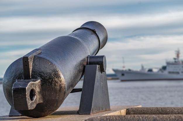 Средневековая пушка нацелена на современный корабль