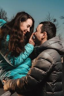 Встреча влюбленных в день святого валентина в городском парке вечером.