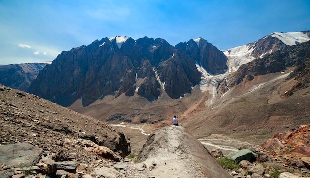 알타이 산맥의 남자. 볼쇼이 악트루 빙하로 가는 길. 고품질 사진