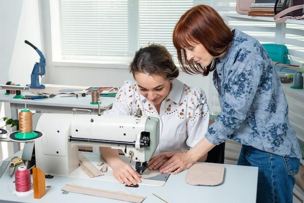 Наставник учит ученика шить