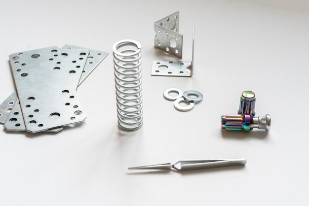 金属エンジニアリングスペアパーツの詳細フラットレイ、ツールおよび機器プロジェクト