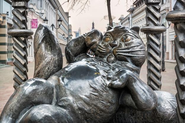 カザンのバウマン通りにあるカザンの猫の金属製の記念碑で、大きなお腹があります