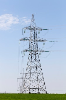 전선을 설치하고 라디오 텔레비전에 전기를 전송하기위한 금속 기둥