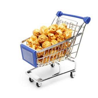 甘いポップコーンが詰まった金属製のショッピングカート