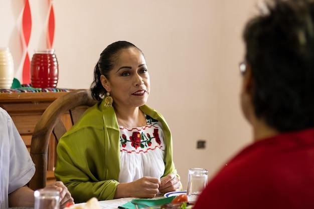 メキシコのパーティーで微笑んで化粧をしているメキシコ人女性