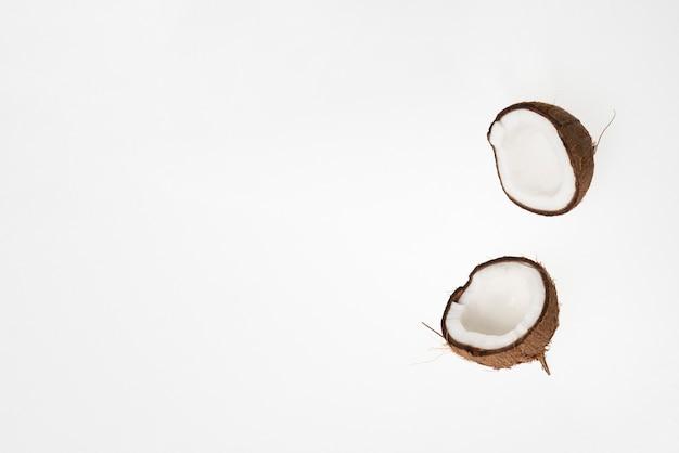 コクナッツナッツ生の熟したトロピカルフードのコピースペースを備えたミニマルなデザイン