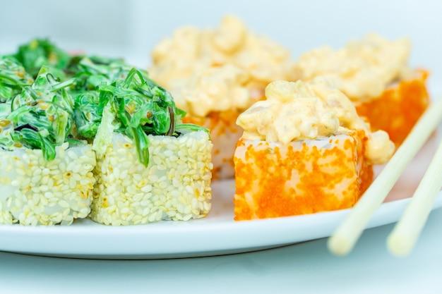 Микс японских роллов с разными начинками салат чука и мидии