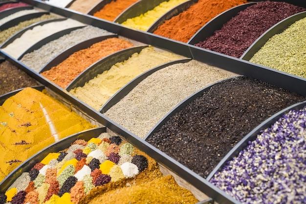 インド料理とアジア料理の芳香のあるスパイシーな料理を作るためのスパイスとハーブのミックス...