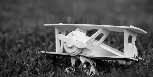 잔디에 나무 비행기의 모델입니다. 흑백 사진