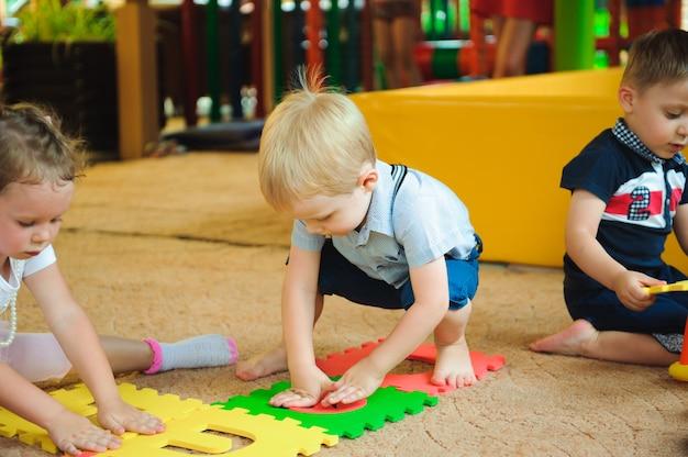 Современная детская площадка в помещении с игрушками.