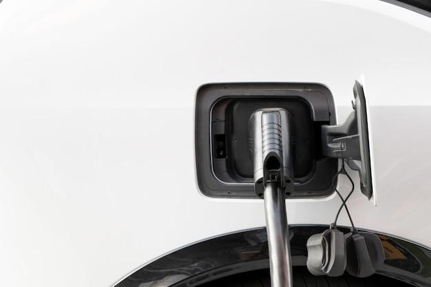 전원 공급 장치에 연결된 현대적인 전기 자동차는 고속 충전소에서 배터리를 충전합니다