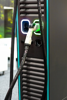 전기 또는 하이브리드 phev 자동차를위한 최신 전기 고속 충전기. 미래의 에너지 힘. 생태 친화적 인 충전기 개념. 가정용 전기 자동차 배터리 충전기.