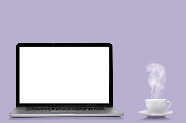 色の背景に分離された現代のラップトップコンピュータープロトンパープル