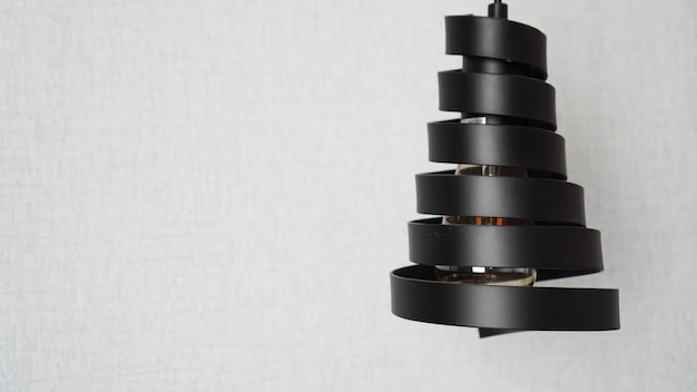 スタイリッシュな白いインテリアのブラックメタルスパイラルで作られたモダンなロフトシャンデリア