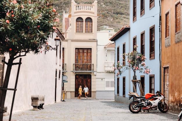 テネリフェ島の旧市街を散歩している恋人たちの現代の夫婦、laラグーナの街の恋人たちのカップル。