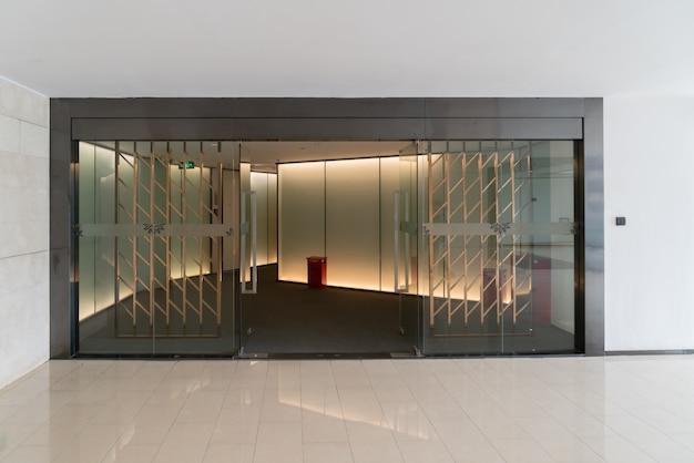유리문과 창문이있는 현대적인 오피스 빌딩