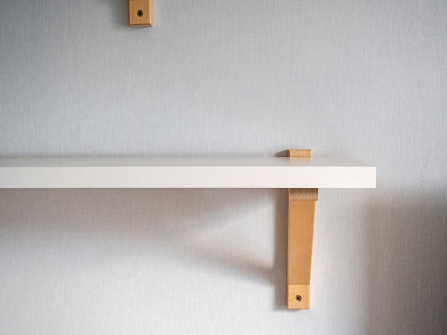 モダンな白い木製の棚が部屋の壁に掛かっています。モダンなインテリアデザイン