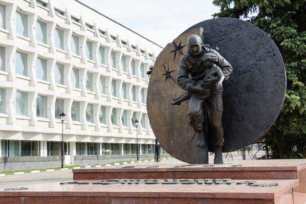 Beslan에서 인질을 석방하는 동안 사망 한 vympel 중령 인 dmitry razumovsky를 기리는 기념비. 러시아의 영웅. 러시아, 울리야노프스크. 2018년 5월 25일