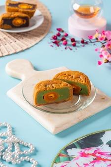 월병은 중추절에 전통적으로 먹는 중국 제과 제품입니다.