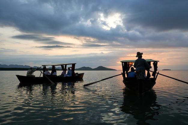 トゥンイーペン、ランタ島、クラビ、タイのローカルゴンドラでのモーニングクルーズ。