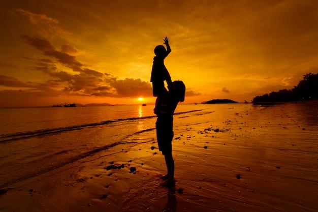 Мать и сын на открытом воздухе на закате с копией пространства