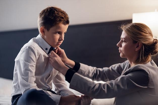 Мать помогает сыну подготовиться к школе