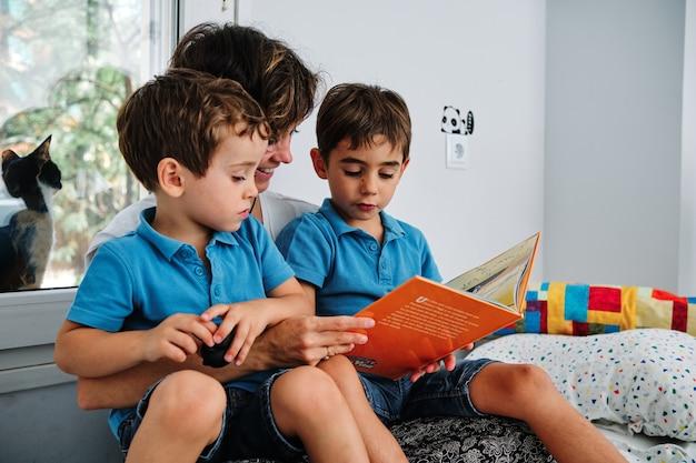 若い息子に本を読んでいる母親