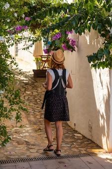 Мать гуляет с ребенком через город са туна на побережье бегура летом, жирона на побережье коста брава в каталонии в средиземном море.