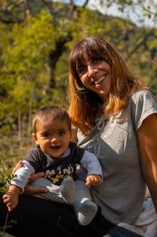 ラローのホルツァルテ吊橋近くの森で赤ちゃんを持つ母親。ピレネー・アトランティックスのイラティの森やジャングルで