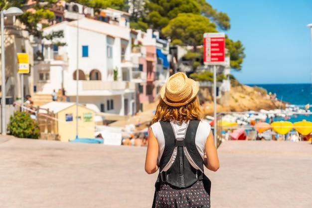 Мать с ребенком на пляже са туна на побережье бегура летом, жирона на побережье коста брава в каталонии в средиземном море.